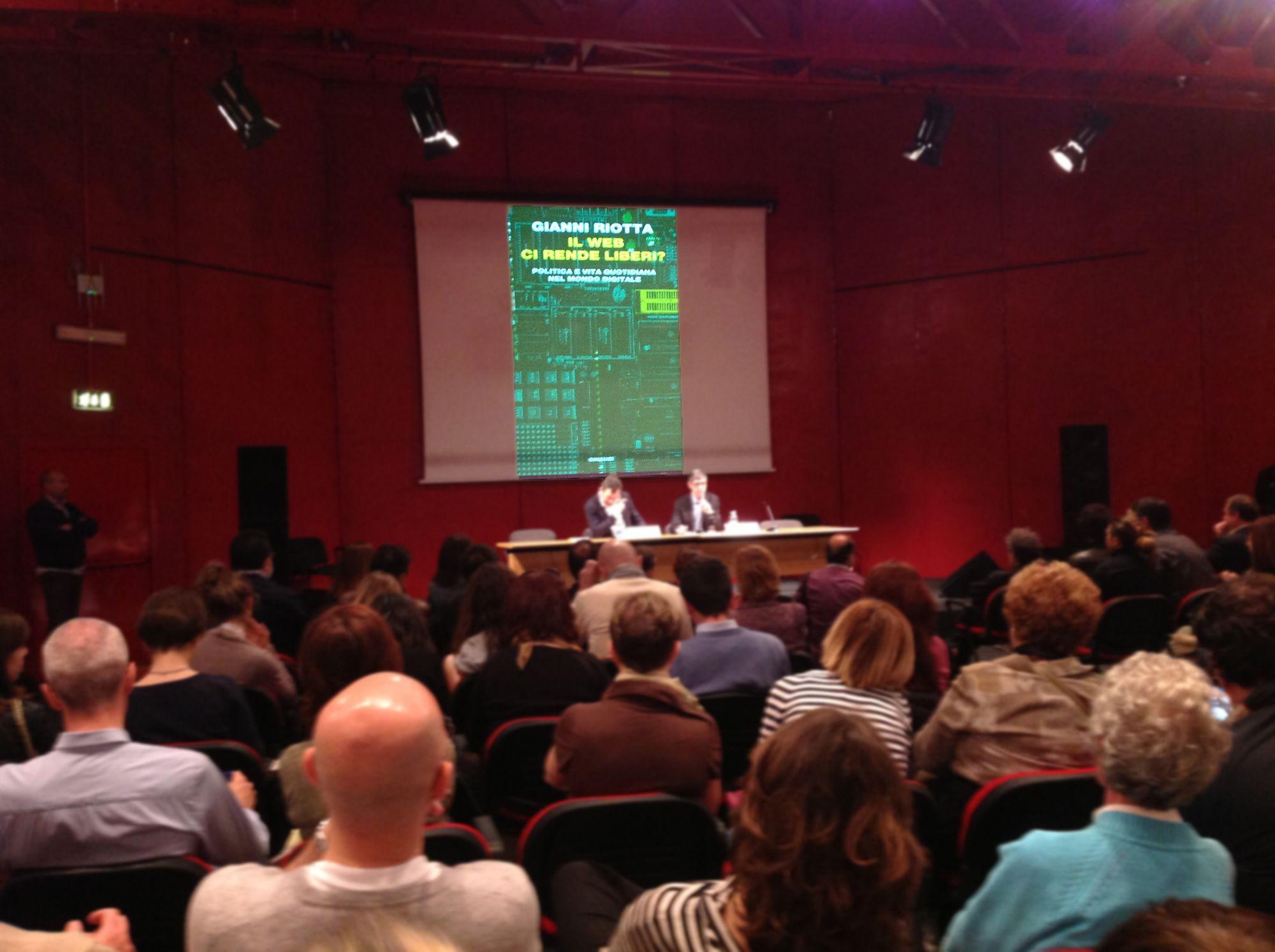 """Gianni Riotta presenta """"Il Web ci rende liberi"""" con Calabresi al Salone del Libro di Torino"""